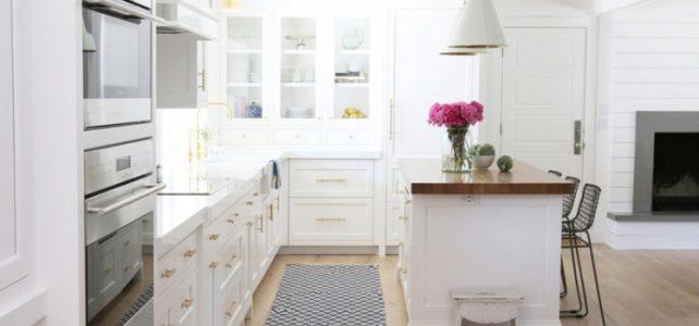 Moderna Cocina Blanca con toques dorados